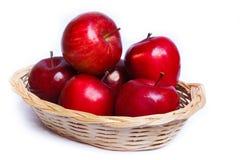 Яблоки в желтой корзине. Стоковое Изображение RF