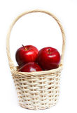 Яблоки в желтой корзине. Стоковые Изображения