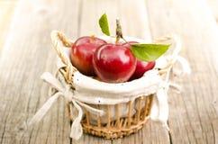 Яблоки в корзине на деревянном столе Стоковые Фотографии RF