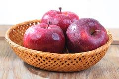 яблоки в корзине Стоковое Изображение RF