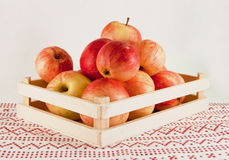 Яблоки в коробке стоковая фотография rf