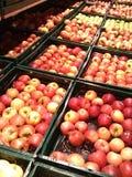 Яблоки в магазине стоковое фото
