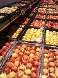 Яблоки в магазине стоковое фото rf