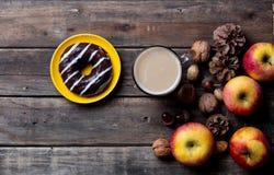 Яблоки, ель-конусы, чашка кофе, донут и гайки Стоковое Изображение