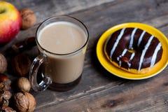 Яблоки, ель-конусы, чашка кофе, донут и гайки Стоковая Фотография