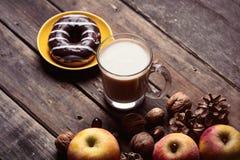 Яблоки, ель-конусы, чашка кофе, донут и гайки Стоковая Фотография RF