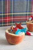 Яблоки заполненные с шоколадом. Плодоовощ кости, пропитывая в вас r Стоковое Изображение RF