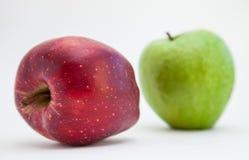 яблоки изолировали зрелую белизну 2 Стоковые Изображения