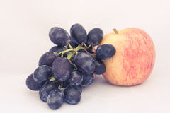 Яблоки и виноградины на белой предпосылке Стоковое Изображение RF