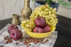 Яблоки и виноградины. Стоковое Фото