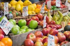 Яблоки и другое приносить для продажи на рынке Стоковые Фотографии RF