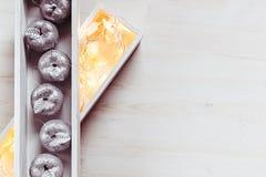 Яблоки и света рождества серебряные горя в коробках на деревянной белой предпосылке Стоковая Фотография RF