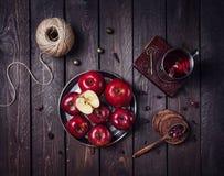 Яблоки и чай стоковая фотография