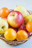 Яблоки и tangerines плодоовощ большие красные зрелые стоковое изображение