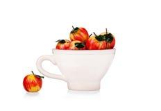 Яблоки марципана в керамической чашке стоковое изображение