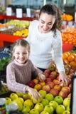 Яблоки матери и дочери покупая Стоковая Фотография RF