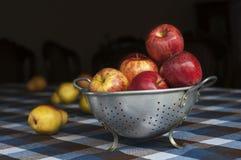 Яблоки на деревенской таблице Стоковое Фото
