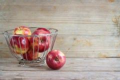 Яблоки на деревянной предпосылке стоковое фото