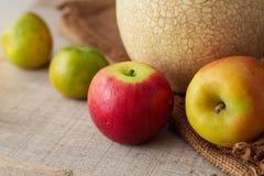 Яблоки на деревянных досках Стоковая Фотография RF