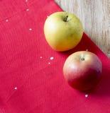 Яблоки на красной ткани Стоковая Фотография