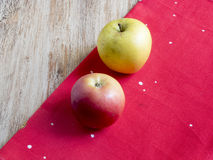 Яблоки на красной ткани Стоковое Изображение