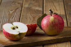 Яблоки на доске Стоковое Изображение RF