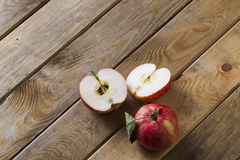 Яблоки на доске Стоковое Фото