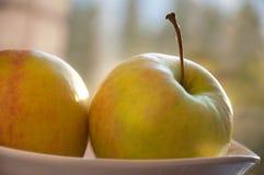 Яблоки на плите стоковые изображения rf
