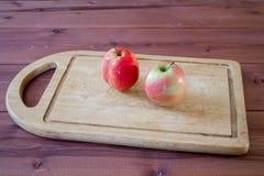 Яблоки на разделочной доске Стоковые Изображения