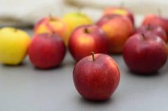 Яблоки на таблице Стоковое Изображение