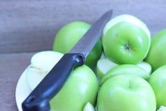 Яблоки отрезанное ‹â€ ‹â€ с ножом на плите помещенной на сером цвете Стоковая Фотография