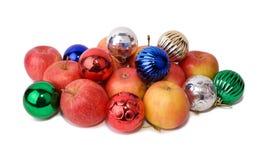 Яблоки среди шариков рождества Стоковое Фото