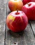 яблоки ставят деревянное на обсуждение Стоковые Фото