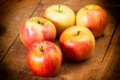 яблоки ставят деревянное на обсуждение Стоковые Фотографии RF