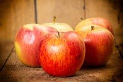 яблоки ставят деревянное на обсуждение Стоковое Изображение