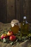 Яблоки с опарником меда и бутылки оливкового масла Стоковое фото RF
