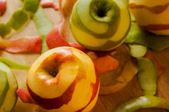 Яблоки шелушения Стоковое Фото