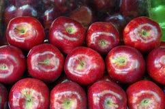 Яблоки штабелированные для рынка Стоковые Изображения