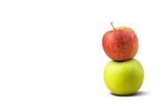 Яблоки Яблока ые-зелен и красные на белой предпосылке Стоковые Изображения