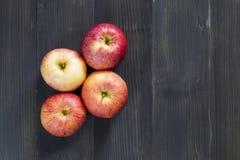 Яблоки для здоровья на деревянной предпосылке стоковое изображение rf