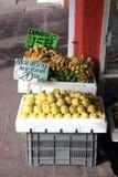 Яблоки [Manzana] & бананы [Dominico] в магазине снаружи клетей Стоковое Фото