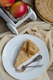 Яблоки Streusel циннамона Яблока кислые и красные в белой деревянной тележке Стоковое Изображение RF