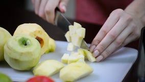 Яблоко вырезывания на кусках Шеф-повар отрезая здоровое яблоко на деревянной планке в кухне акции видеоматериалы