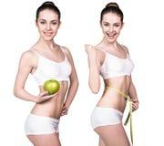 Яблоко владениями женщины зеленое и измеряя лента Стоковое фото RF