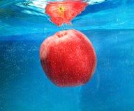 Яблоко в воде Стоковые Изображения RF