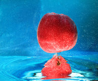 Яблоко в воде Стоковые Фото