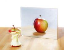 Яблоко в зеркальном отображении Стоковая Фотография