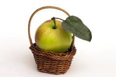 Яблоко в корзине. стоковое изображение rf