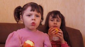 яблоко есть девушку немного сток-видео