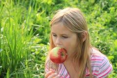 яблоко есть девушку Стоковые Фотографии RF